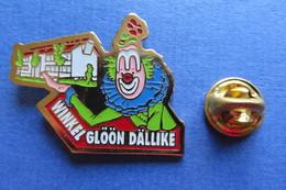 Pin's, Clown, Winkel Glöön Dällike, Suisse, Avec Maison, Limité - Badges