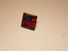 """Pin's """" FFSG Albertville 92 """" Fédération Française De Sports De Glace - Otros"""