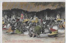 DAHOMEY  N 3062   ABOMEY  MARCHE INDIGENE   ENTREE DU PALAIS BEHANZIN   GROUPE PERSONNAGES COULEURS - Dahomey