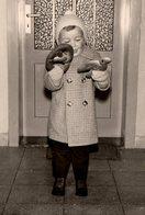 Photo Originale Enfant Allemand Helmut & Son Bretzel à Noël 1961 - - Personnes Identifiées