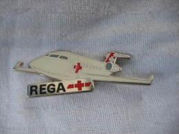 Pin's Avion Canadair CL-601 De La REGA. (Garde Aérienne Suisse, Disponible En Tout Temps Pour Urgences Médicales). - Airplanes
