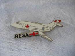 Pin's Avion BAe 125-800 B De La REGA. (Garde Aérienne Suisse, Disponible En Tout Temps Pour Urgences Médicales). - Airplanes