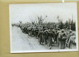 Guerre 39/45 à L'est - Une Colonne De Soldats Soviétiques Faits Prisonniers Dans Le Secteur De STALINGRAD 1942 - Krieg, Militär