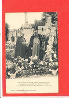 Tombe Ste Therese LISIEUX  Cpa Animée Cardinal Amette Et Mgr Lemmonnier Se Receuillent          Cliché Lemaitre - Lieux Saints