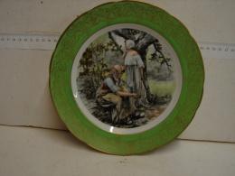 MD. 3. 16. Assiette Décorative Dorée Avec Décor De Deux Femmes, L'une Tenant Une Faucille - Ceramics & Pottery