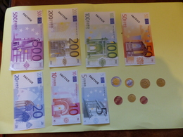 JEU DE BILLETS ET PIECES DISTRIBUES AUX EMPLOYES DE LA POSTE A L OCCASION DU PASSAGE A L EURO - Coins & Banknotes