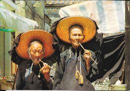 VILLAGE WOMEN OUTSIDE KATHING WALLED CITY HONG KONG SMOKING CPSM CIRCA 1980 TBE UNCIRCULATED DOS DIVISE - China (Hongkong)