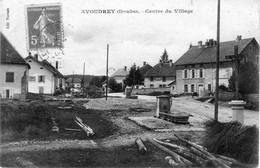 CPA D'AVOUDREY (Doubs) - Centre Du Village. Edition Terrade. Circulée. Bon état. - Altri Comuni