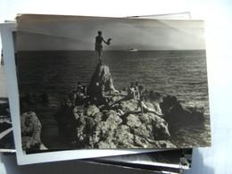 Kroatië Croatia Opatija People On A Rock - Kroatië