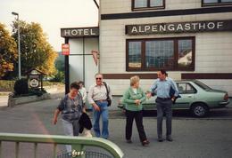 Photo Couleur Originale Renault 18 Or Métallisé (1978-86) Sortant De L'Hotel Alpengasthof En 1987 - Automobiles