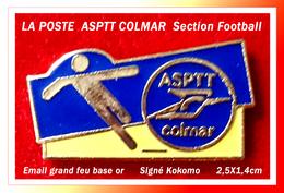 SUPER PIN'S POSTES : ASPTT De COLMAR (Alsace) Section Football, émail Grand Feu Base Or Signé KOKOMO, 2,5X1,4cm - Mail Services