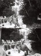 2 Photos Originales D'un Couple Métissé En Centre Aquatique - Détente & Maillot De Bain Pour Bouteille D'Evian - Personnes Anonymes