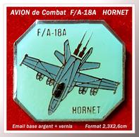 SUPER PIN'S AVION De COMBAT : Le McDonnell Douglas F/A-18 Hornet Est Un Avion De Combat Multirôle Américain, 2,3X2,6cm - Airplanes