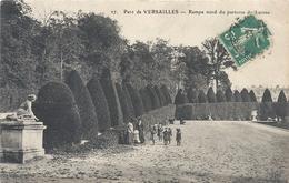 27. PARC DE VERSAILLES . RAMPE NORD DU PARTERRE DE LATONE . AFFR LE 23-8-1911 SUR RECTO . NOMBREUX ENFANTS - Versailles (Château)