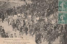 MANIFESTATION DES VIGNERONS DE L'AUBE A TROYES LE 9.4.1911 - LES VIGNERONS  DE BARS/S/SEINE AVEC LEURS HOTTES SE RENDENT - Manifestazioni