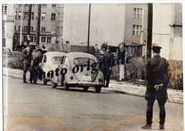 Autos Voitures Photo De Presse Originale - Frontière BERLIN Ouest-Est Années 60 - Volkswagen VW Coccinelle Käfer Beetle - Automobili