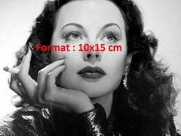 Reproduction D'une Photographie D'un Portrait De Hedy Lamarr Tenant Une Cigarette - Reproductions
