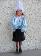 Poupée Folklorique De Collection Dans Sa Boite - Les Sables D'Olonne - Poupées Arundel - Hauteur 22 Cm. - Dolls