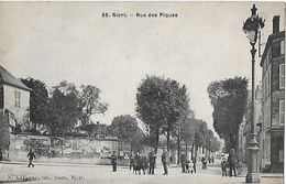 CPA (79)  NIORT.  Rue Des Piques, Animé, Commerce Café.  .B273 - Niort