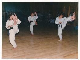 REAL PHOTO -  Three Girl Training Kick Mae-geri, Practicing Karate, Filles Pratiquant Le Karaté Old Color Photo - Places