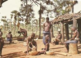 BURKINA FASO - WOLOKONTO - Sous Le Regard De Sa Maman....une Petite Fille Verse Du Mortier, Le Sorgho................. - Burkina Faso
