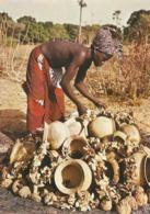HAUTE VOLTA - BOUNOUNA - BANFORA - Derniers Préparatifs Du Feu Qui Va Cuire Une Fournée De Poteries - Burkina Faso