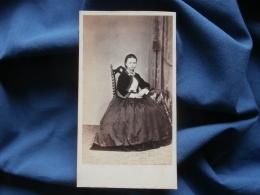 CDV Photo W. Ernst In Hannover - Hübsches Mädchen, Krinoline Kleid, Jolie Jeune Fille, Crinoline, Ca 1860 L345 - Oud (voor 1900)