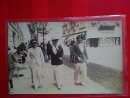 CARTE PHOTO TROUVILLE TROIS ELEGANTES DANS UNE RUE - Trouville