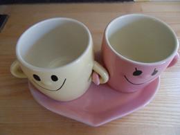 """Set De 2 Tasses - Mugs - Avec Soucoupe """" Coeur """"  Et Cuillère En Faïence Neuf - Tassen"""