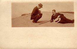 Carte Photo Originale Photographe Amateur Sur La Plage Avec Un Ancien Appareil Photo à Plaques FA Berner Hagen Vers 1900 - Personas Anónimos