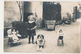 Carte Photo  Petite Fille Avec Ses Jouets Et Son Chien Berger - Poussette Poupée Couette Photo Grimal Chambéry Savoie - Giochi, Giocattoli
