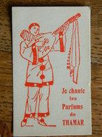 TRES RARE CARTE PARFUMEE ANCIENNE -JE CHANTE LES PARFUMS  DE THAMAR-ROUGE PIERROT JOUANT DE LA MANDOLINE - Cartes Parfumées