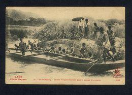 """CARTE POSTALE N° 56  """"SUR LE MEKONG - GRANDE PIROGUE DESARMEE POUR LE PASSAGE D'UN RAPIDE"""" AVEC ANIMATION PERSONNAGES - Laos"""