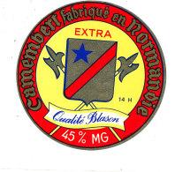 P 873 - ETIQUETTE DE FROMAGE - CAMEMBERT   EXTRA QUALITE BLASON  FAB EN NORMANDIE 14 H. (CALVADOS) - Cheese