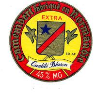 P 874 - ETIQUETTE DE FROMAGE - CAMEMBERT   EXTRA QUALITE BLASON  FAB EN NORMANDIE 50 A F. - Cheese