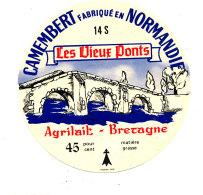 P 880 - ETIQUETTE DE FROMAGE - CAMEMBERT  LES VIEUX PONTS   14 S.  AGRILAIT BRETAGNE - Cheese