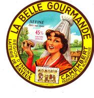 P 898 - ETIQUETTE DE FROMAGE - CAMEMBERT   LA BELLE GOURMANDE REGION D'ISIGNY LAITERIE DE BAYEUX (CALVADOS) - Cheese