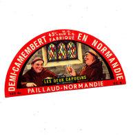 P 932 - ETIQUETTE DE FROMAGE -DEMI- CAMEMBERT   LES DEUX CAPUCINS  PAILLAUD 50 S. - Cheese
