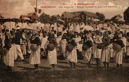 MADAGASCAR TANANARIVE FETE MALGACHE ENFANTS TRAVESTIS EN GUERRIERS SAKALAVAS - Madagascar