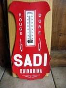 """THERMOMETRE : """" LE SADI """"  Distillerie à CHAUMONT  (ancien D'époque) - Plaques En Carton"""
