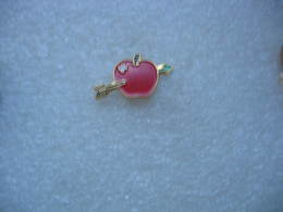 Pin's Belle Petite Pomme Suisse De Couleur Rouge Traversée Par Une Fleche - Food