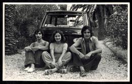 Photo 13 X 8 - Trois Jeunes Hommes Et Fille Pin Up Devant Une Automobile Autobianchi A112 En 1974 --- Del497 - Automobiles