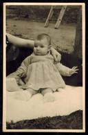 Photo 13.5 X 8.5 - Enfant Bébé Sur Une Couverture Sur L'herbe En 1956 --- Del500 - Photos