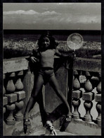 Photo Grand Format 16.5 X 12 - Enfant Fillette En Culotte Avec Son épuisette à La Main Sur Un Balcon --- Del037b - Anonymous Persons