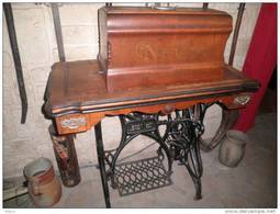 TRES BELLE MACHINE A COUDRE ANCIENNE PIED FONTE COMPLETE - Furniture