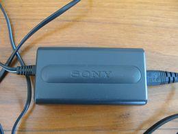 Chargeur SONY AC Power Adaptator BE  Chargeur De Caméscope   Alim 100-240 V AC 50 - 60 Hz 11 W Sortie 4,2 V DC 1,5 A - Caméscope