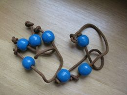 Trois Ligatures Cuir  De 15 Cm Env Comportant Une Perle Bleue Aux Extrémités + Une Avec Une Seule Perle  BE - Perles