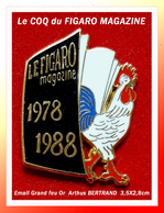 SUPER PIN'S COQ-FIGARO MAGAZINE : Le Superbe Pin's Signé Arthus BERTRAND Paris En émail Grand Feu Base Or, 3,5X2,8cm - Medias
