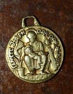 """Pendentif Médaille Religieuse Uniface Doré """"Saint Joseph Et Enfant Jésus"""" Graveur: Fernand Py - Religious Medal - Religion & Esotérisme"""