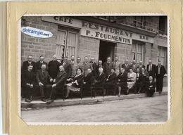 Grande Photo Ancienne - Café - Restaurant  F. FOURMENTIN Avec Groupe De Personnes Devant Le Café - Photo Giraud Domfront - Photos